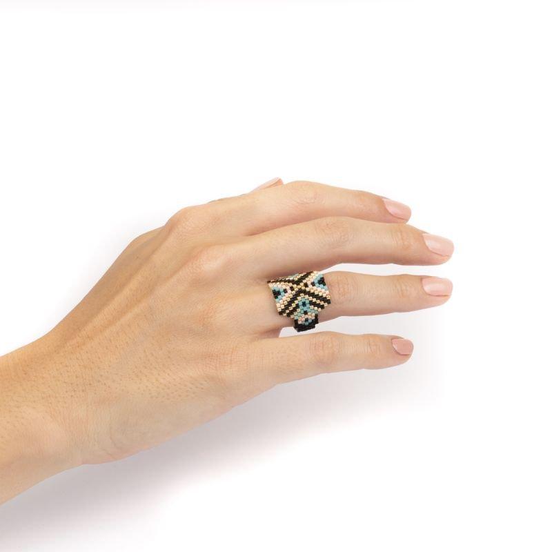 anillo miyuki negro uso Tomasa